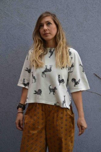 חולצה עם שרוול קצר מדגם איה בצבע אופוויט עם הדפס חיות