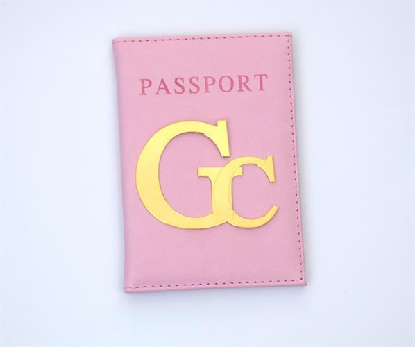 כיסוי לדרכון דמוי עור ורוד בייבי עם אותיות גדולות