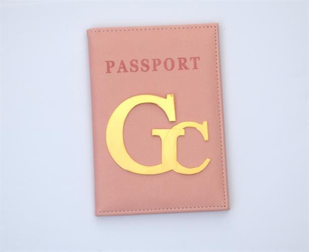כיסוי לדרכון דמוי עור אפרסק עם אותיות גדולות