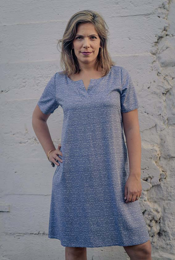 שמלת A עם שרוול בעלת מחשוף עם פתח שינה קטן
