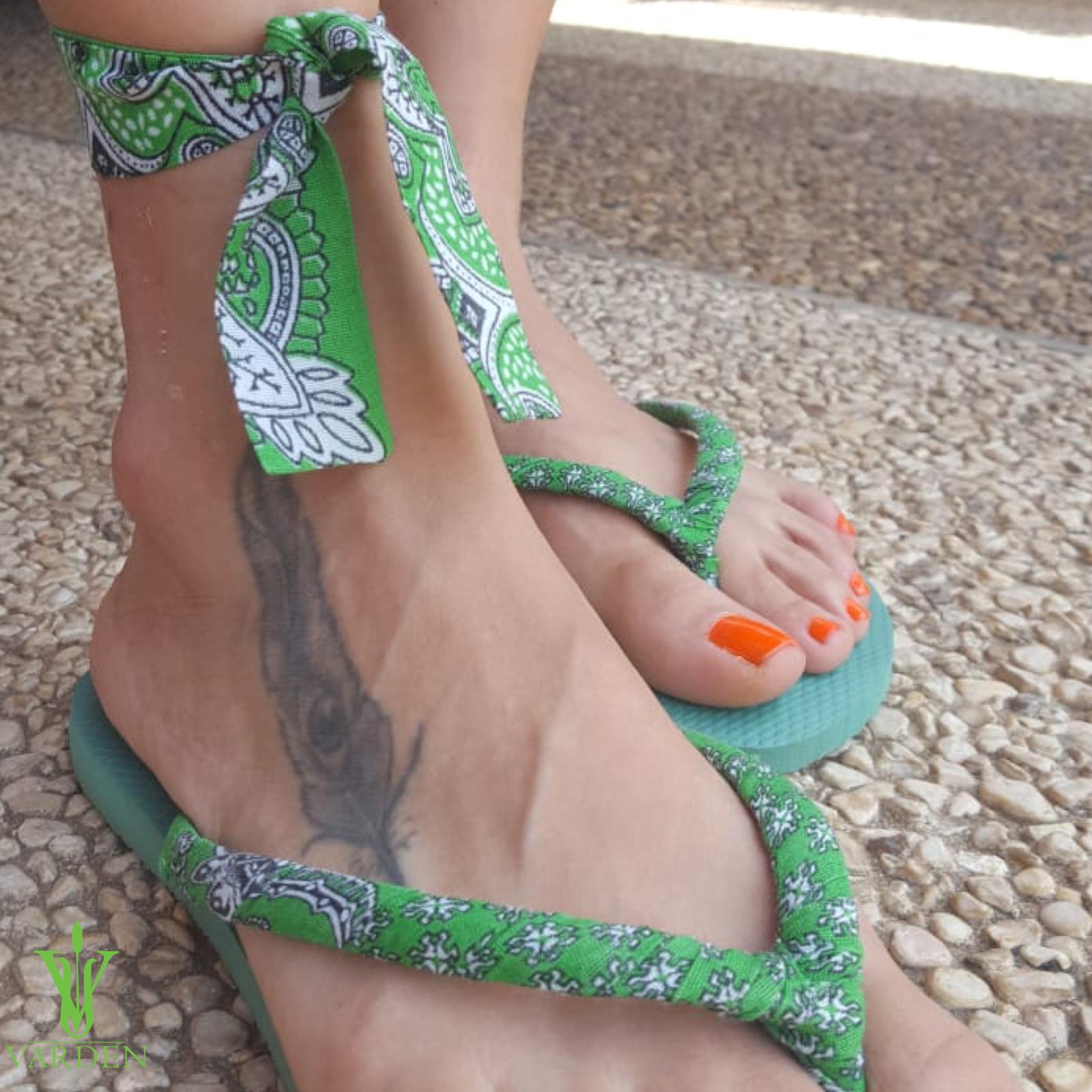 בנדנה ירוקה על כפכף ירוק
