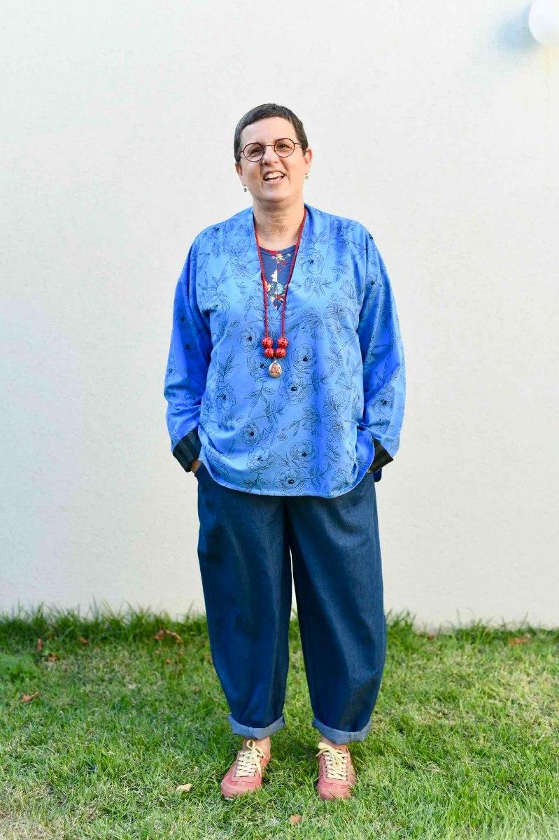 חולצה עליונה מדגם פאני מבד פרנץ׳ טרי בצבע כחול עם הדפס של פרחים