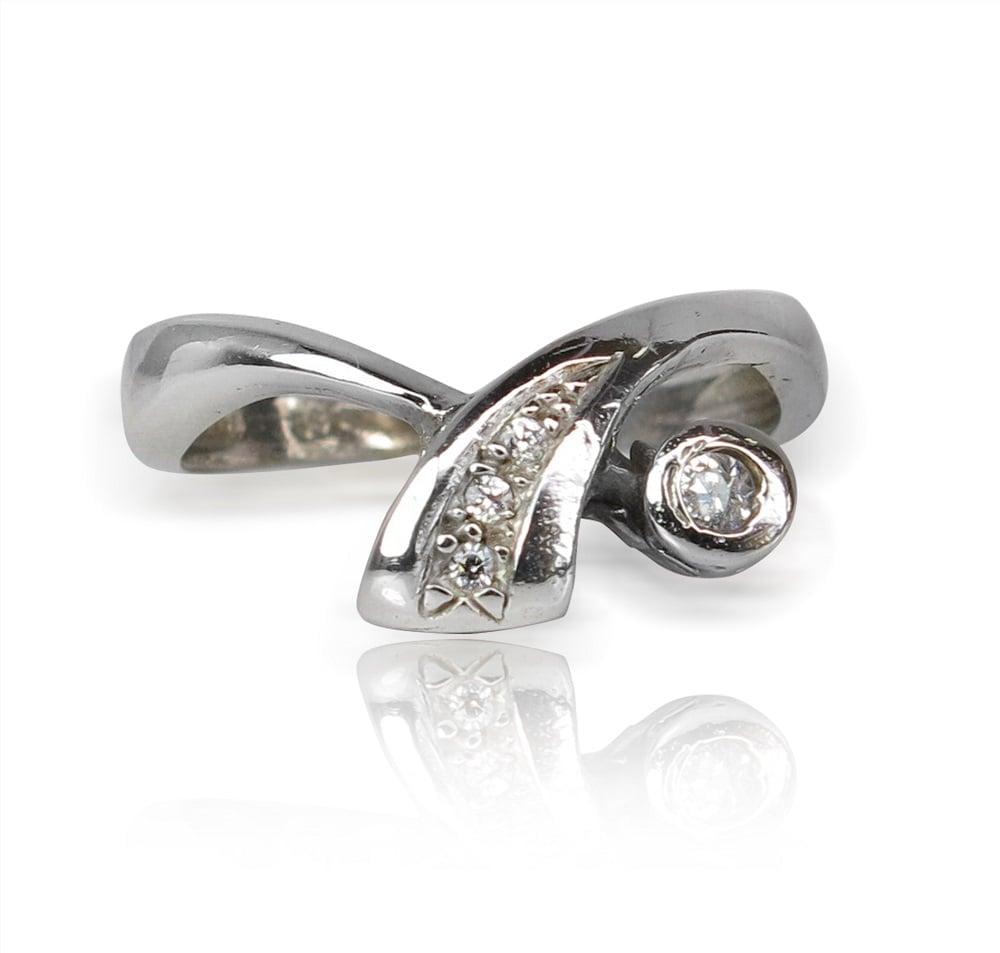 טבעת אירוסין מעוצבת משובצת יהלומים 0.10 קראט בזהב לבן 14K