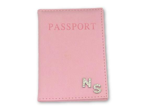 כיסוי לדרכון ורוד בייבי עם אותיות משובצות