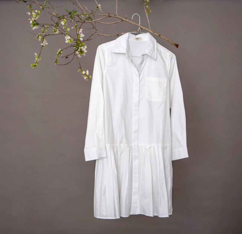 שמלה לבנה מכופתרת