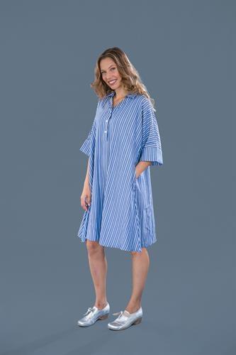 שמלת קימונו כחולה עם פסים.