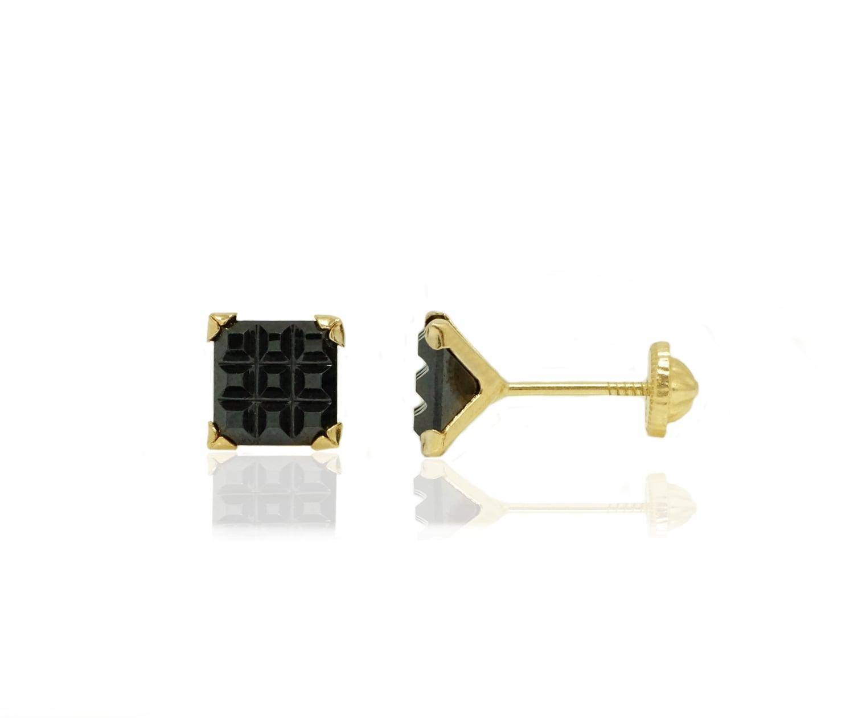 עגיל זהב לגבר עם אבן שחורה מרובעת עם עיצוב של מרובעים קטנים