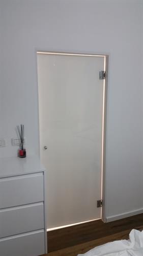 דלת כניסה לחדר מקלחת