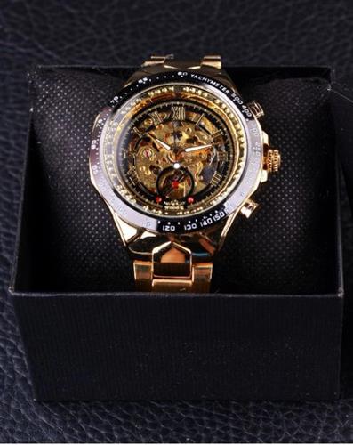 שעון יוקרתי לגבר עם מנגנון שקוף