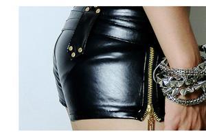 מכנס קצרצר דמוי עור שחור עם רוכסן צד