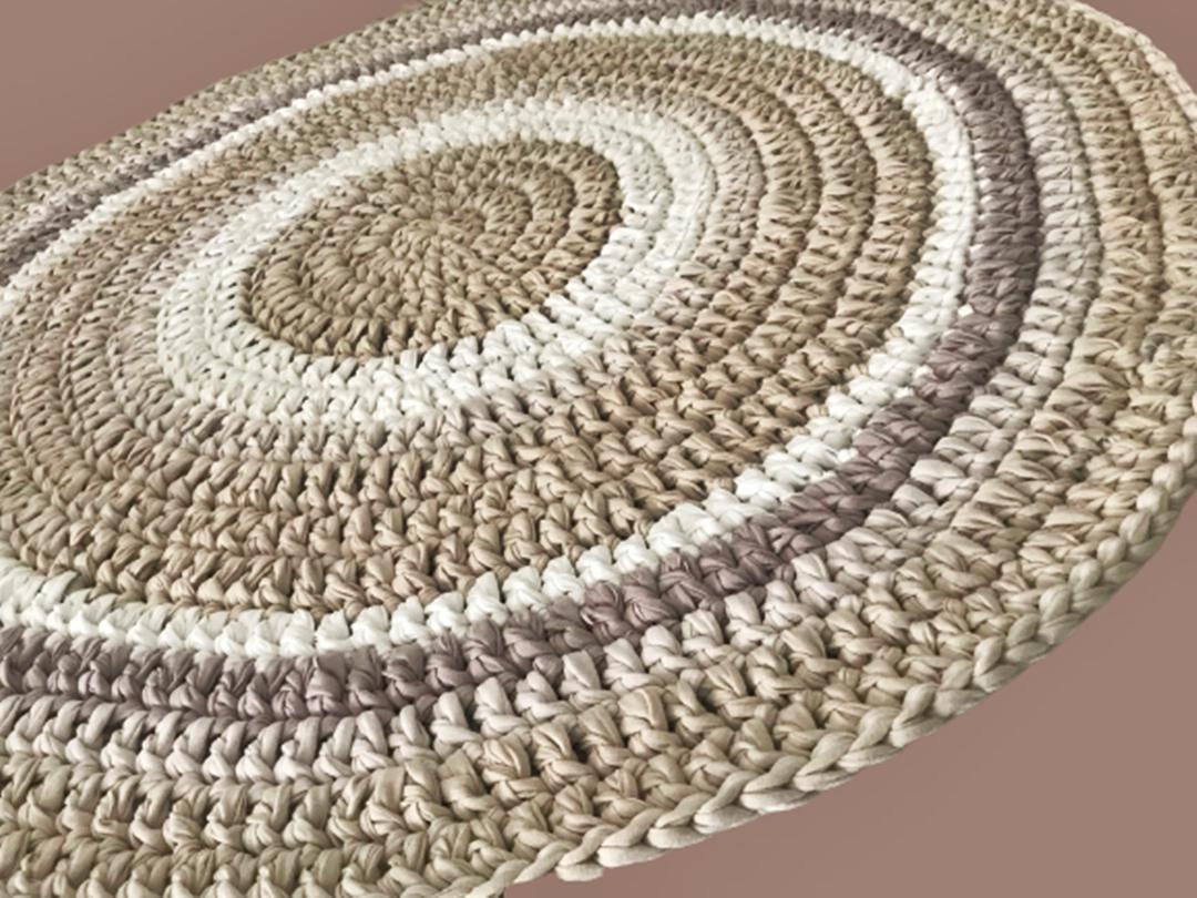 שטיחים, שטיח עגול, שטיח סרוג, שטיח עגול סרוג, שטיח בגוונים נורדיים בהירים, שטיח סרוג בצבעי פשתן ואופוויט, שטיח סרוג בטריקו, שטיח עגול מחוטי טריקו