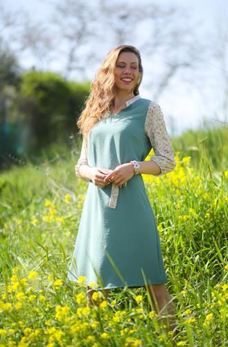 שמלת עירית תכלת עם שרוול פרחוני