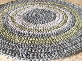 שטיח, שטיח עגול, שטיח סרוג, שטיח עגול סרוג, שטיח סרוג בשילוב צבע אפור וצבע אבוקדו מעושן, שטיח לעיצוב הבית, שטיח סרוג עבודת יד