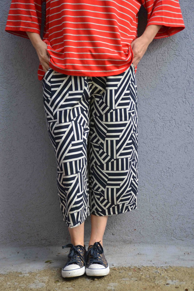 מכנסיים באורך 3/4 מדגם גלי עם הדפס גיאומטרי בכחול כהה ולבן