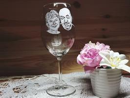 פורטרט של זוג חרוט בעבודת יד על כוס יין