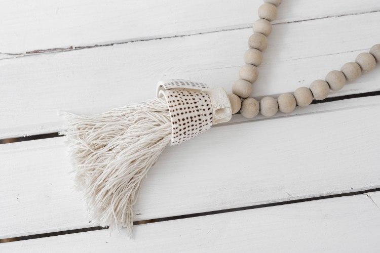 שרשרת חרוזי עץ עם סיומת צדף גדול - טבעי