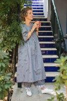 שמלה מדגם דניאלה - אפור עם נקודות שחורות