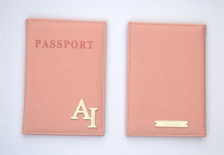 כיסוי לדרכון דמוי עור ורוד אפרסק עם הקדשה אחורית
