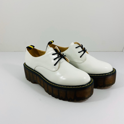 נעל YOUNG סוליה גבוהה בצבע לבן לק