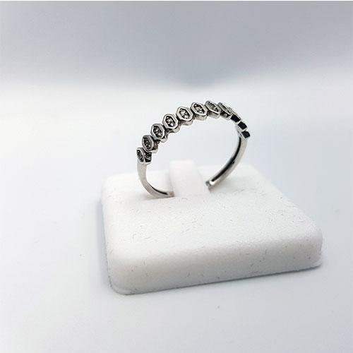 טבעת זהב לבן משובצת זרקונים
