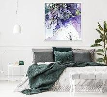 תמונה סגולה מעל מיטה לדר שינה מודרני