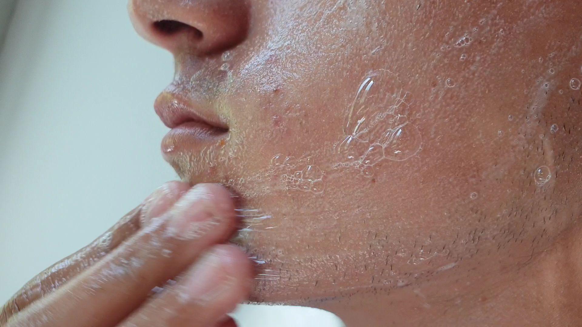 מדוע חשוב לנקות את הפנים לפני השינה?