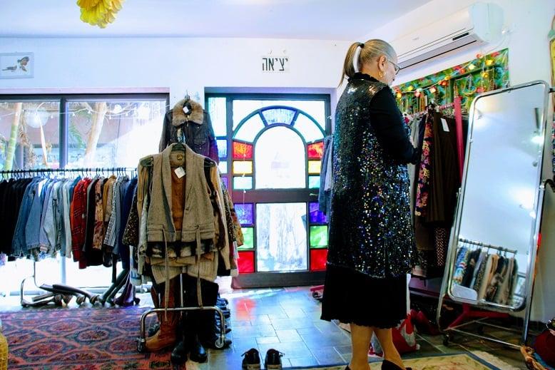 מיכל דליות לובשת בטי בארץ הוינטג' בגדי וינטג'