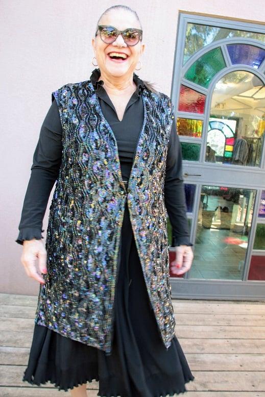 מיכל דליות לובשת בטי בארץ הוינטג' בגדי וינטג' וסט נצנצים מנצנץ
